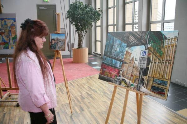 Malwettbewerb-Teilnehmerin Anette Neubert bestaunt auch andere Werke.