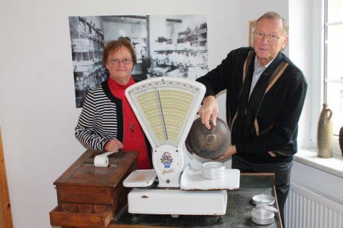 Der Vereinsvorsitzende Hans Steinhoff gemeinsam mit Vereinsmitglied Barbara Matthes hinter einer historischen Ladentheke nebst dazugehöriger Waage. Foto: Uwe Wolf (Archiv)