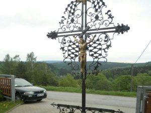 Das Wardiskreuz wurde vom Verein Denkmalpflege Weipert restauriert, wird zum Liedersingen am 9. Juli eingeweiht.