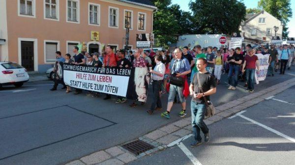 Der Schweigemarsch für das Leben zieht durch Annaberg-Buchholz. Foto: André Kaiser