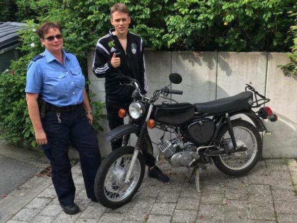 Max, der Sohn von Entertainer Engel B. hat sein geklautes Moped wieder.