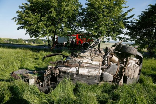 Rätselhafte tödliche Unfälle im Erzgebirge. Im Wrack dieses Skodas starb ein Mann (32). Foto Harry Härtel