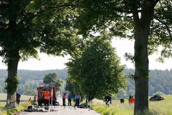 Beim tödlichen Unfall in Krumhermersdorf fanden Polizisten Teile eines roten Fahrzeuges, die nicht zugeordnet werden konnten. Foto: Harry Härtel.