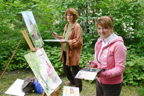 Auch die beiden Zwickauer Künstlerinnen Christine Hans (l.) und Tina Unger gehörten schon zu den Teilnehmern des einmaligen Kunstevents in Wolkenburg. Foto: Uwe Wolf