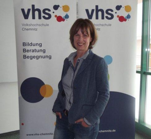 Grit Echevin, Leiterin der Volkshochschule Chemnitz freut sich auf das neue Kursprogramm. Foto: Nicole Neubert