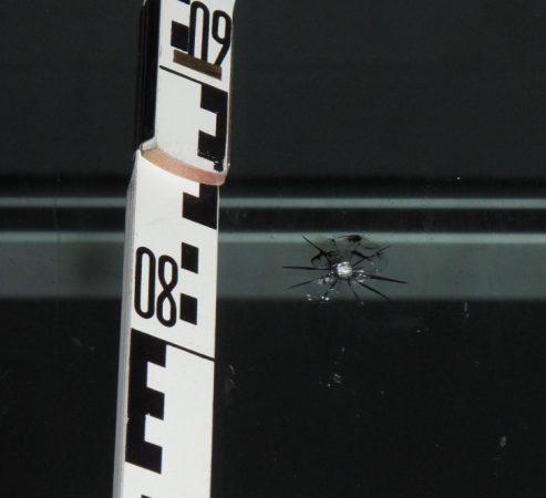Details des Einschlages. Foto: Polizei