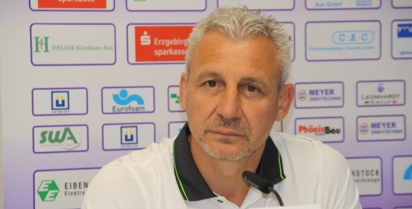 Auch Aues Cheftrainer Pavel Dotchev fiebert dem Start der neuen Saison entgegen. Foto: Birgit Hiemer