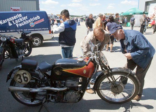Beim Zschorlauer Dreieck hat man viel Zeit um historische Rennräder anzuschauen und zum Fachsimpeln. Foto: Uwe Zenker