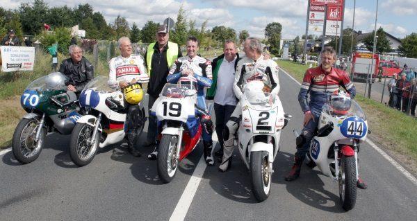 Rainer Pommer (M.) Vorsitzender des Vereins 1. MSC Aue, mit einigen Stargästen im vergangenen Jahr. Foto: Uwe Zenker