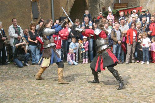 Noch heute und am Sonntag gibt es auch Ritterkämpfe zu sehen. Da wir dgehauen und gestochen bis die Rüstungen richtig scheppern. Foto. Uwe Wolf