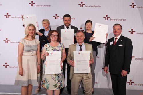 "Prof. Detlev Müller (mitte) nahm das Zertifikat ""audit berufundfamilie"" in Berlin entgegen. Foto: berufundfamilie"