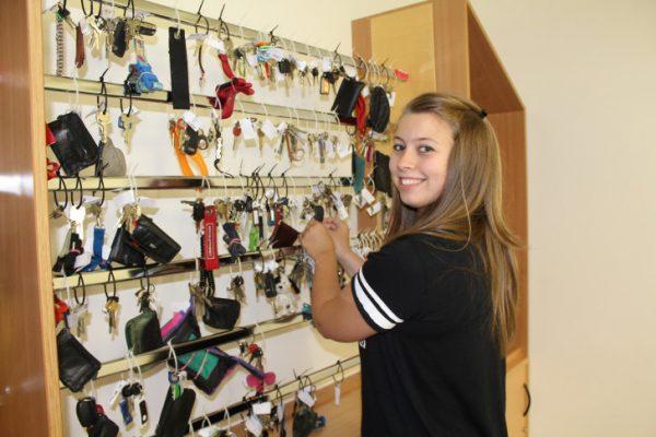 Im Fundbüro Chemnitz sind die gefundenen Schlüssel geordnet aufgehangen. Suchende, so wie Sarah Schmiedel, können selber nachschauen ob ihr Schlüssel dabei ist. Foto: Nicole Neubert