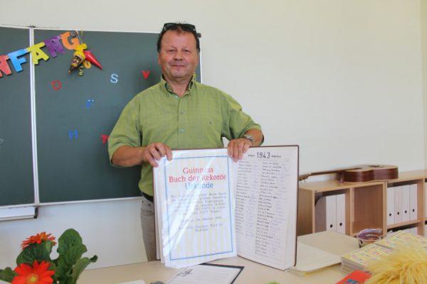 Wolfgang Kandt mit dem beliebten Schulbuch. Foto: Nicole Neubert