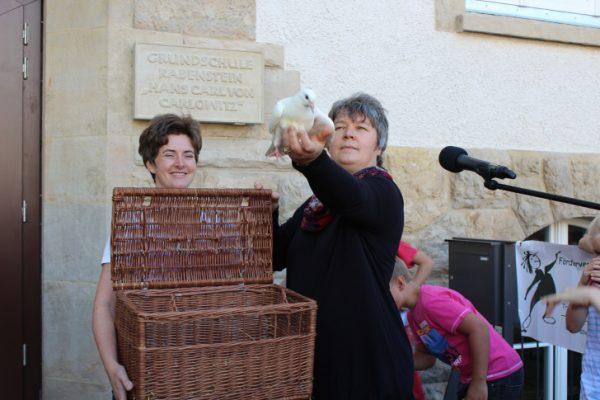 Schulleiterin Katrin Jechorek lässt zur Eröffnungfeier Tauben in die Luft. Foto: Nicole Neubert