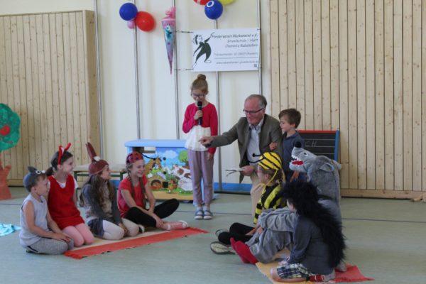 Nach der Eröffnungsfeier haben die Schulanfänger ihre erste Schulstunde in der neuen Grundschule erlebt.  Foto: Nicole Neubert