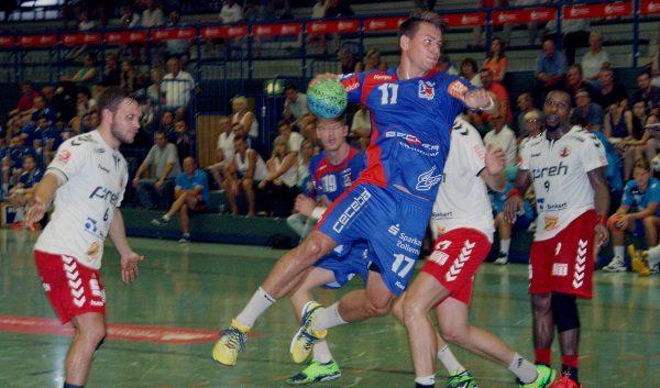 Die HBW Balingen-Weilstetten, im Bild Tim Nothdurft, gewinnt gegen den HSC Neustadt mit 34:21. Foto: Birgit Hiemer