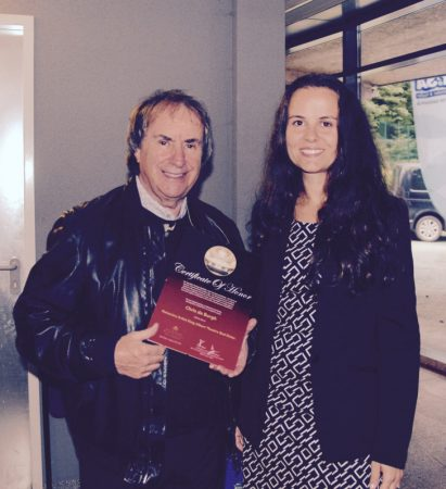 Die Ehrenurkunde für Chris de Burgh wurde von  Jennifer Keilwerth überreicht. Foto: CVG