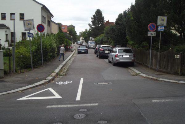 Auf der Einbahnstraße wie hier Am Rosenhang ist die Straßenmarkierung für Radfahrer angebacht. Wenn Radfahrer entgegengesetzt der Einbahnstraße fahren, müssen diese an der Kreuzung Vorfahrt gewähren. Foto: Nicole Neubert