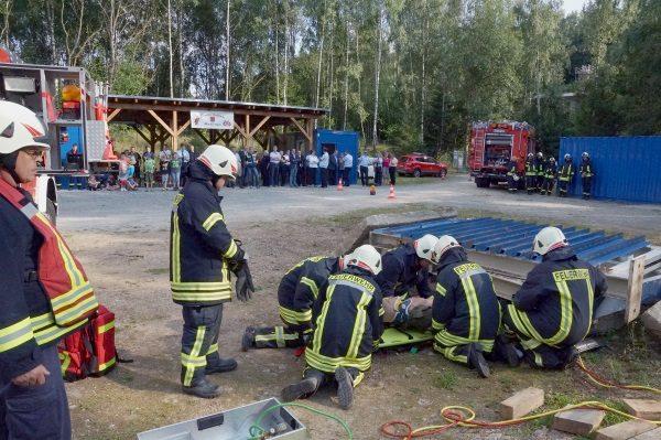 Die Feuerwehr von Raschau-Markersbach und die Jugendfeuerwehr Pöhla demonstrierten den Gästen einzelne Übungselemente vorführen und die Möglichkeiten für die Nutzung durch die Jugendfeuerwehren. Foto: Uwe Zenker