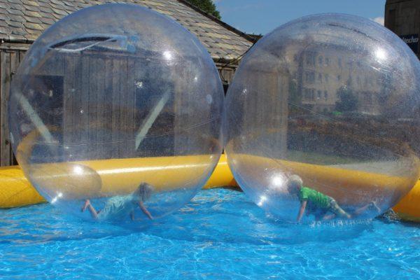 Auf zum Familientag! Wie hier beim Aqua-Zorbing haben vor allem die Kleinen sehr viel Spaß. Fotos: Cindy Haase