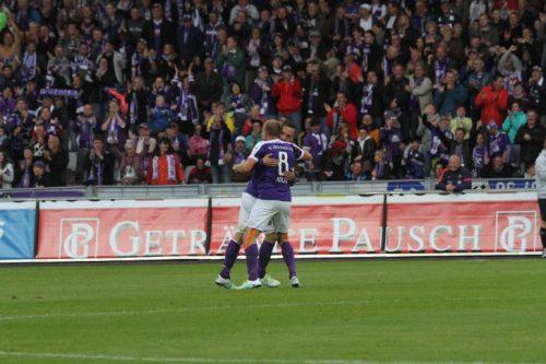 Werden die Auer Spieler am Sonntag gegen Ingolstadt so jubeln, wie Nicky Adler und Christian Tiffert nach dem 1:0 gegen Sandhausen?  Foto: Unger