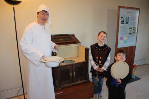 Auch für die Kinder ist die Sonderführung von Gästeführer Michael Kreskowsky interessant und lustig zugleich. Foto: Uwe Wolf