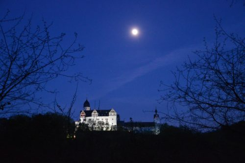 Nacht über der Rochsburg. Zur Nacht der Schlösser können die Besucher eine Reise in die Zeit ohne Technik erleben. Foto: Schloss Rochsburg