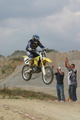Action pur zeigen die Moto-Cross-Piloten bei den Läufen im Tettauer Steinbruch. Foto: Uwe Wolf (Archiv)