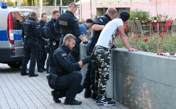 Die Polizei musste im Stadthallenpark erneut durchgreifen. Fotos: Harry Härtel