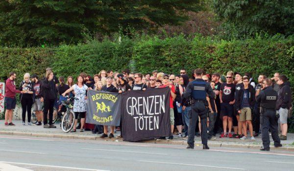 """Gegendemonstration unter dem Motto """"Grenzen töten""""."""