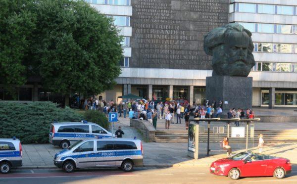 """Demonstration am Marx-Kopf  der asylkritischen Bewegung """"Pegida Chemnitz und Westsachsen""""."""