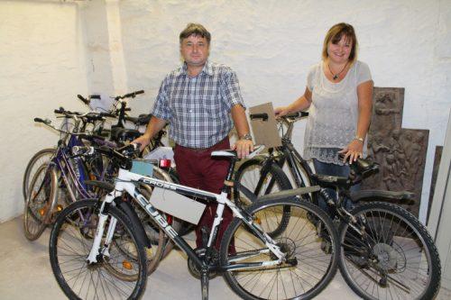 Mario Richter, Leiter des Hohenstein-Ernstthaler Bürgerbüros und Sachbearbeiterin Birgit Becher mit einigen Fahrrädern, die im Fundbüro auf ihre Besitzer warten. Foto: Uwe Wolf