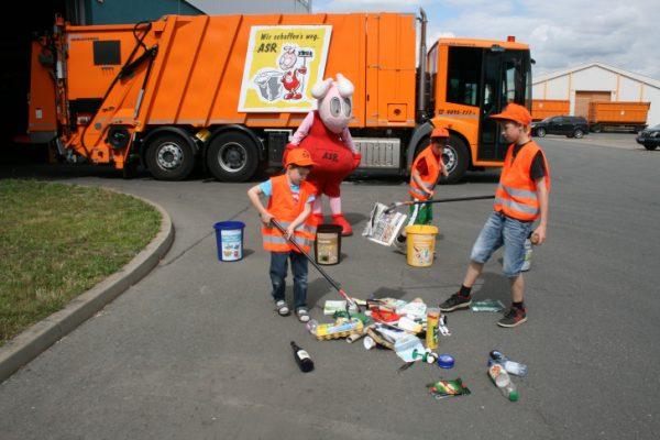 Bei dem Abfallentsorgungs- und Stadtreinigungsbetrieb Chemnitz lernen Kinder frühzeitig das System der Mülltrennung kennen. Es werden verschiedene Abfälle auf einen Haufen gelegt und die Kinder haben die Aufgabe diese in den richtigen Mülleimer zu sortieren. Foto: ASR