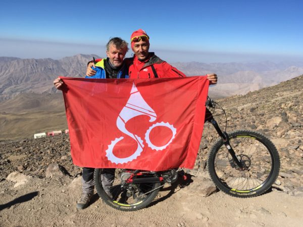 Lutz Heinrich (links) plant mit Afshin Ramezani im Oran eine neue Strecke für den Stoneman. Foto: privat