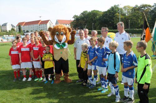 Maskottchen Mitti und der Nachwuchs des SV Germania Mittweida bei der Eröffnung. Foto: Uwe Wolf