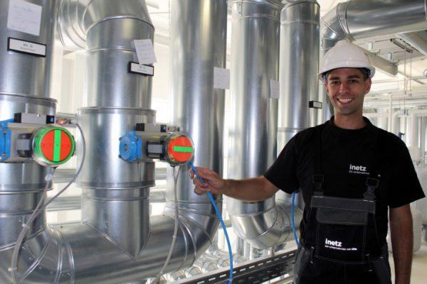 eins-Obermonteur Christoph Kahle erklärt die Technik im Inneren der Anlage. Fotos: Cindy Haase