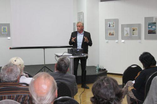 Dr. Peter Jahr beantwortete in Meerane viele Frtagen zum TTIP-Abkommen. Er kristidierte die bisherige Geheimniskrämerei der EU-Kommission rund um die Verhahdnlöungen. Foto. uwe Wolf