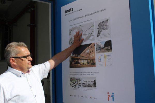 Projektleiter Ulf Uhlig vor einer Schautafel, die die Versorgung des Brühls zeigt.