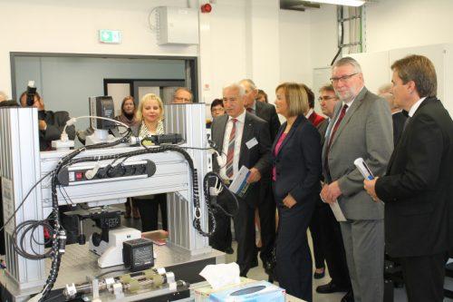 Institutsleiter Horst Exner führt Besucher durch eines der Labore des neuen Institutes für Laserforschung der Hochschule Mittweida Foto: Uwe Wolf