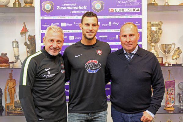 Daniel Haas (Mitte) wird neuen Keeper beim FCE. Links Trainer Pavel Dotchev, recht Präsident Helge Leonhardt. Foto: FCE