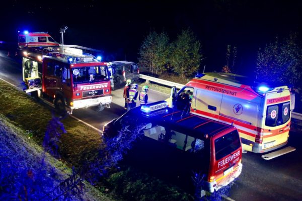 Drei Menschen wurden bei dem Unfall auf dem Autobahnzubringer S282 verletzt. Fotos: Daniel Unger