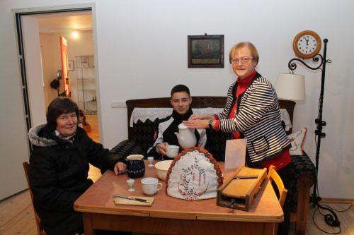 Am jüngsten Öffnungstag durften sich die Gäste auch mal an den alten Kaffeetisch setzen und Vereinsmitglied Barbara Matthes zeigte, wie anno dunnemals Kaffee eingeschenkt wurde. Foto: Uwe Wolf