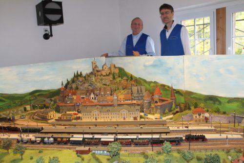 Die Vereinsmitglieder Achim Voigt (l.) und Fred Müller an der großen Gemeinschaftsanlage des Vereins. Foto: Uwe Wolf