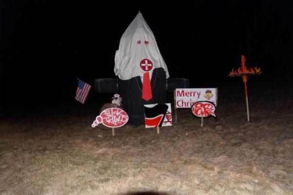 Donald Trump grüßt mit Ku-Klux-Klan Kappe. Foto: privat