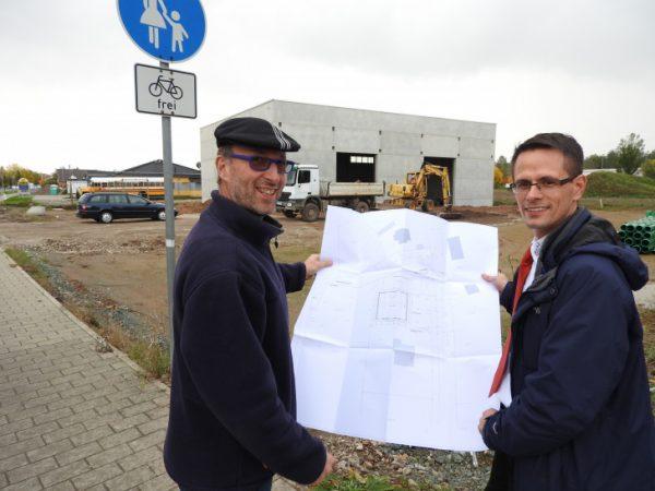 Unternehmer Gerhard Quadflieg gemeinsam mit Werdaus       Oberbürgermeister Stefan Czarnecki vor dem Bau der neuen Lagerhalle im Gewerbegebiet Langenhessen. Foto: A. Kleber