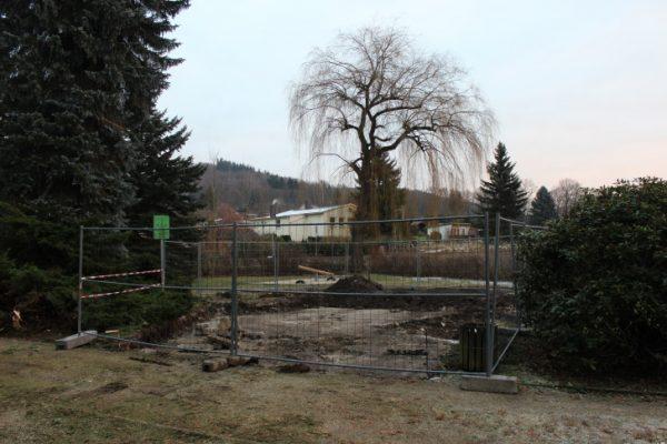 Die Baumaßnahmen für die Wiederherstellung des Spielplatzes Walter-Wieland-Hain in Einsiedel haben diese Woche begonnen.      Foto: Nicole Neubert