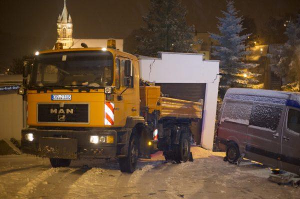 In Buchholz rutschte ein Lkw gegen eine Garage