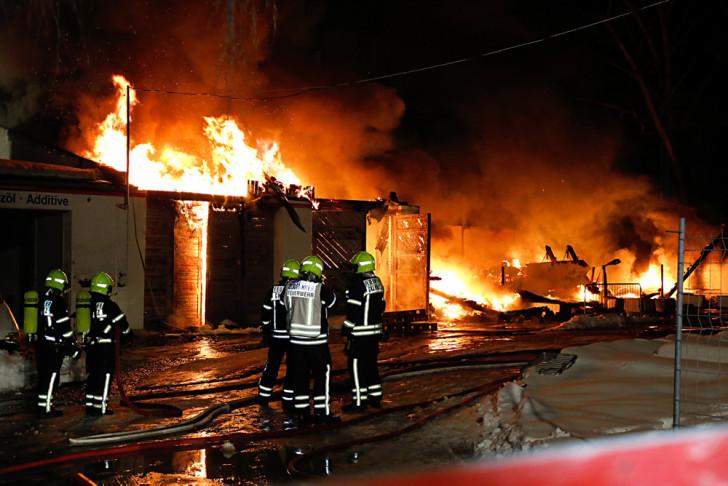 flammenmeer und explosionen mitten im wohngebiet wochenendspiegel. Black Bedroom Furniture Sets. Home Design Ideas