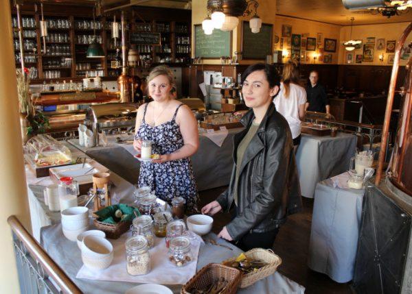 Tessa Gründler und Ronja Schubert (v.l.) haben zum ersten Mal das Frühstück im Turm-Brauhaus genossen und mussten gleich nochmal Nachschlag holen. Foto: Nicole Neube