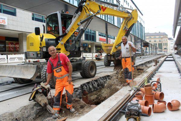 Der Arbeiter Steffen Koras und seine Kollegen von STRABAG möchten den vorgegebenen Zeitplan einhalten und bauen was das Zeug hält. Foto: Nicole Neubert